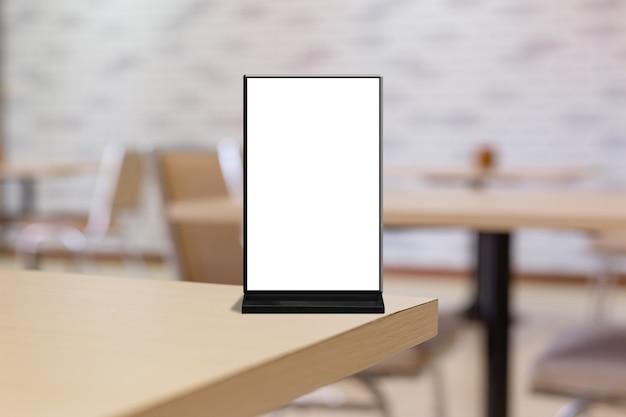 Mock up beschriften sie den leeren menürahmen im bar-restaurant. stehen sie für eine broschüre mit einer weißen acrylzeltkarte aus blattpapier auf einem tisch mit unscharfem hintergrund, um den text oder das bild einzufügen.