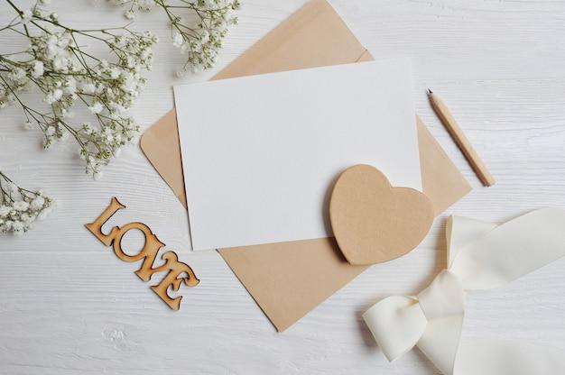 Mock up brief mit einem liebeskasten in form eines herzens liegt auf dem tisch. valentine aus