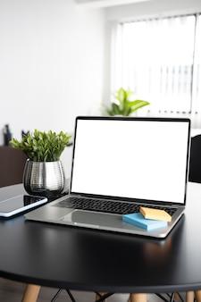 Mock-up-computer-laptop auf dem schreibtisch.