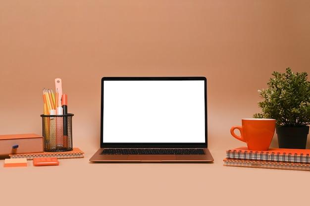Mock-up-computer-laptop mit leerem bildschirm auf beigem hintergrund.