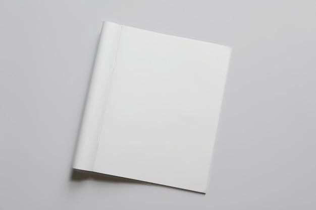 Mock-up der broschüre auf weißem hintergrund
