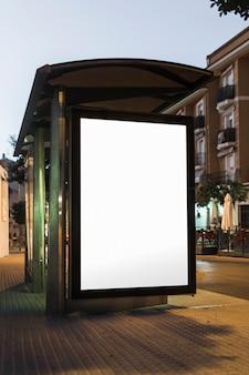Mock-up der vorlage bushaltestelle leuchtkasten in der nacht