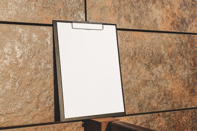 Mock up des tabletts für das papier an der wand