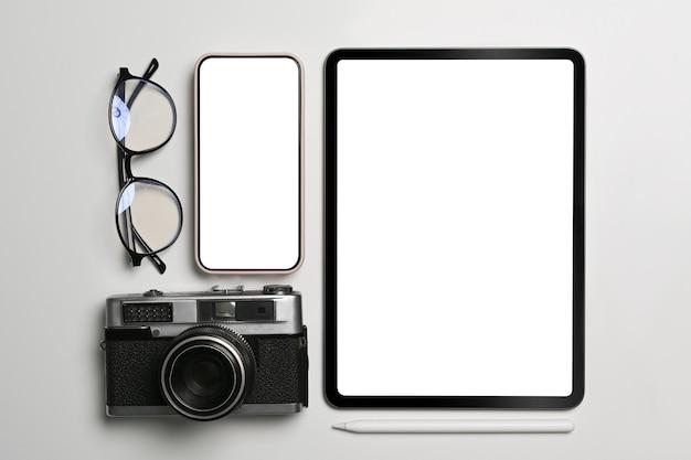 Mock-up digitales tablet, smartphone, kamera und brille auf weißem hintergrund.