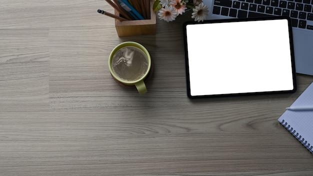 Mock-up digitales tablet und laptop auf einem schreibtisch aus holz. Premium Fotos
