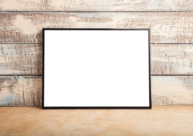 Mock up eines leeren rahmenplakats an einer wand aus holzbrettern. platz für ihr design. speicherplatz kopieren