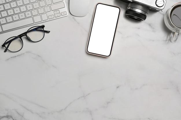 Mock up handy, kamera, brille und kaffeetasse auf marmorhintergrund.
