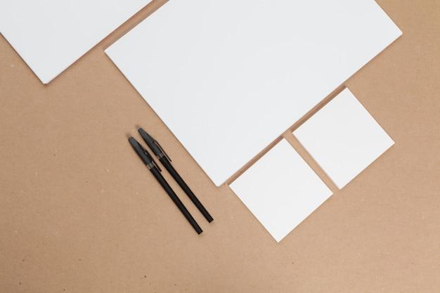 Mock-up-konzept. karten papiere auf beige