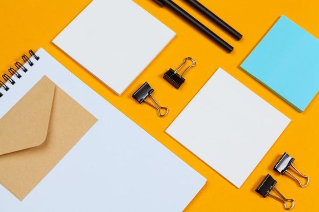 Mock-up-konzept. karten papiere auf gelb. draufsicht, flache lage, kopienraum