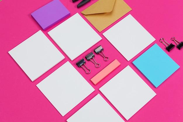 Mock-up-konzept. karten papiere auf rosa.