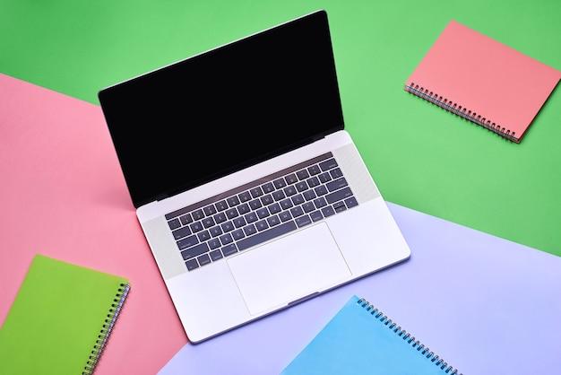 Mock-up-laptop, notebook auf dem schreibtisch junger studenten. cyan-pastellfarben.