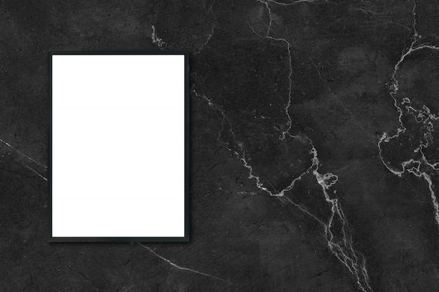 Mock up leere plakat bilderrahmen hängen an schwarzen marmor wand im zimmer - kann verwendet werden mockup für montage produkte display und design key visuelle layout.