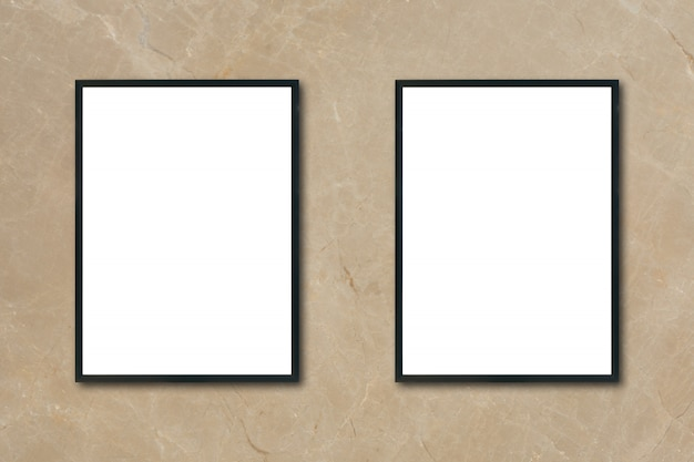 Mock up leere plakat bilderrahmen hängen auf braun marmor wand im zimmer - kann verwendet werden mockup für montage produkte display und design key visuelle layout.