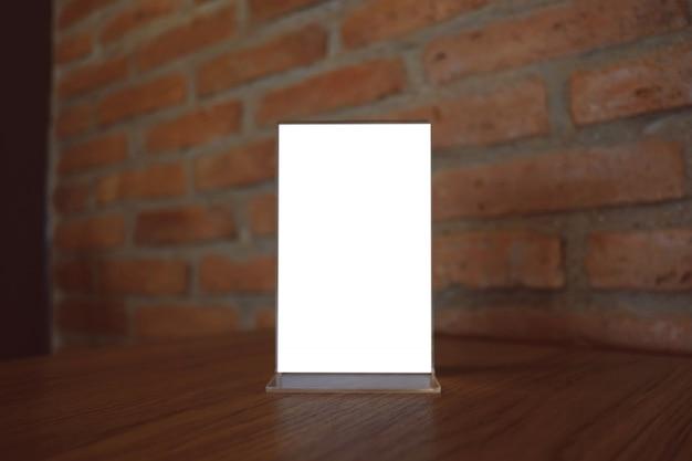 Mock up menu frame stehend auf holz tisch in bar restaurant café. platz für text.