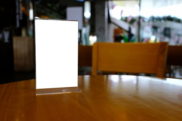 Mock up menu frame stehend auf holz tisch in bar restaurant café. platz für text