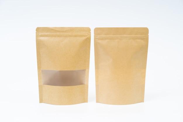 Mock-up-snack-papiertüte auf weißem raum