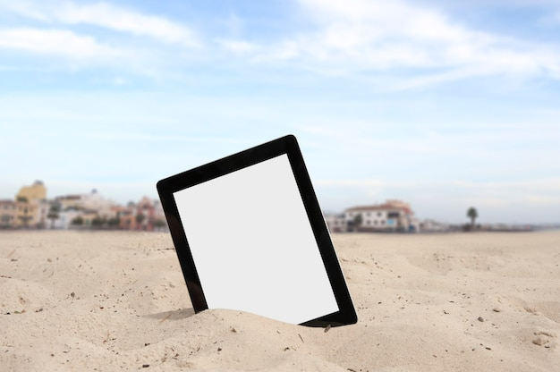 Mock-up-tablet mit weißer bildschirmnahaufnahme vor dem hintergrund eines privathauses. freiberufliches arbeitskonzept.
