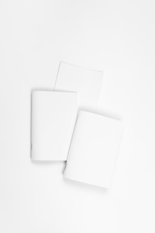 Mock-up von notebook-leerblättern für broschüre oder notebook auf weißem isoliertem hintergrund oben ...