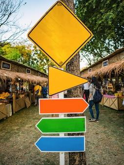 Mock-up-zeichen mit dem stand des basars im lebensmittelmarkt