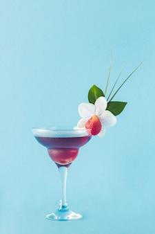 Mocktail dekoriert mit erdbeer-, blumen- und tropischen blättern