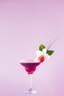 Mocktail verziert mit erdbeer-, blumen- und tropischen blättern, selektiver fokus.