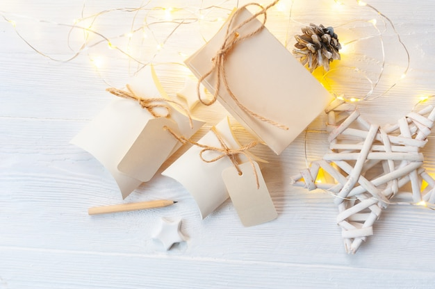 Mockup christmas kraft geschenkboxen mit tag