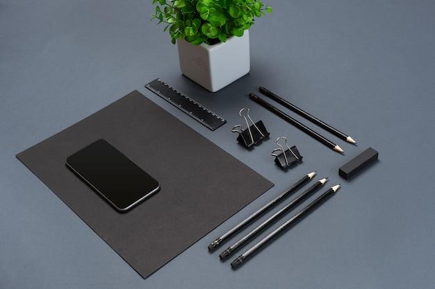 Mockup-geschäftsmarkenvorlage auf grauem hintergrund. satz schwarzes briefpapier. flach liegen. stillleben.