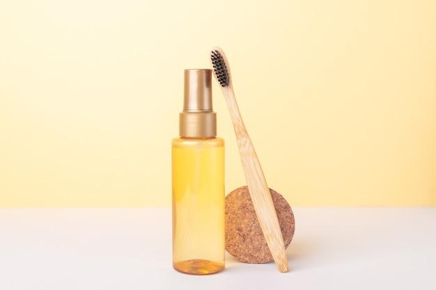 Mockup klare plastikflasche mit bio-ölen, kosmetika und recycelbaren werkzeugen. kein verlust. ausgewogene nachhaltige zusammensetzung - image