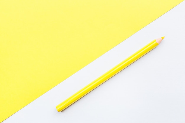 Mockup leerseite mit gelbem stift.