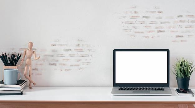 Mockup moderner arbeitsbereich mit laptop mit leerem bildschirm