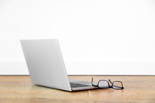 Mockup offenes notizbuch, schwarze brille, home-office-konzept