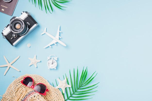 Mockup retro-kamera-filme, flugzeug, seestern, muscheln, tropische accessoires von hutreisenden