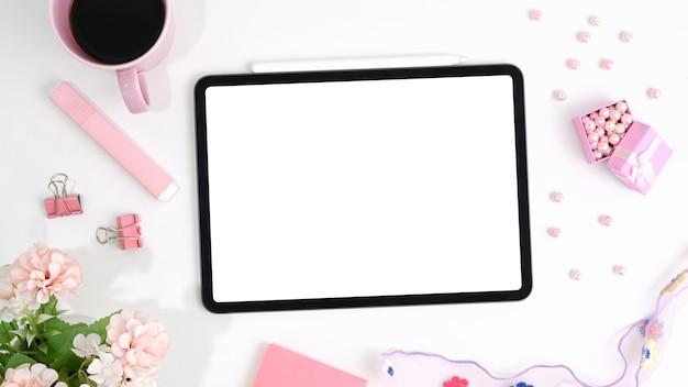 Mockup-tablet und weibliches zubehör, umgeben von kaffee auf weißem schreibtisch.