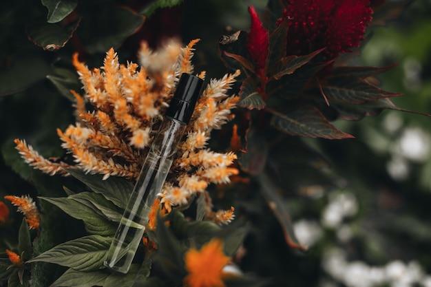 Mockup von flaschen mit parfüm auf der exotischen herbstblume parfümerie und aromatherapie