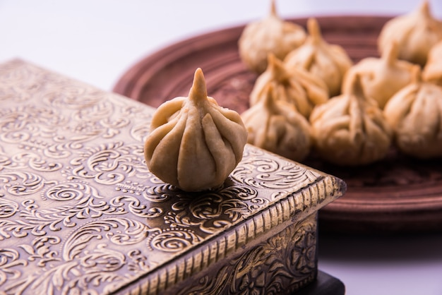 Modak ist ein indischer süßer knödel, der lord ganapati beim ganesh chaturthi festival angeboten wird. indisches festessen