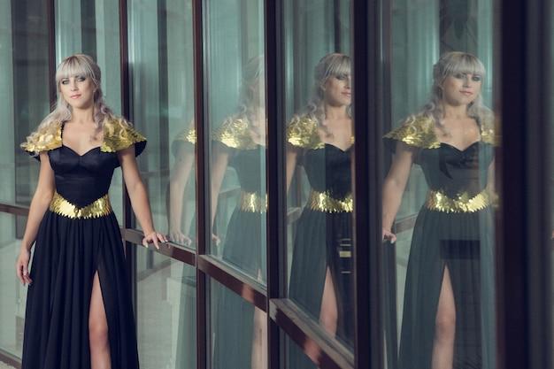 Mode-außenfoto der schönen sinnlichen frau mit langen haaren im luxuriösen paillettenkleid, das in der sommerstadt aufwirft