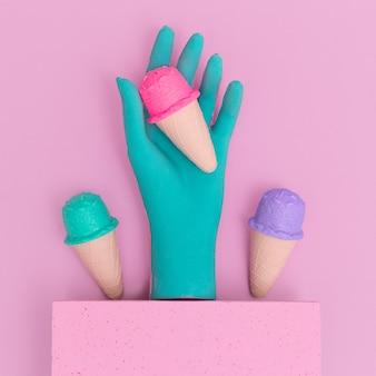 Mode blaue hand und gefälschte eiscreme. minimale flache laienkunst. konzept für eisliebhaber