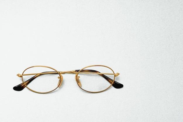 Mode-brille-stil gerahmt isoliert auf weißem hintergrund