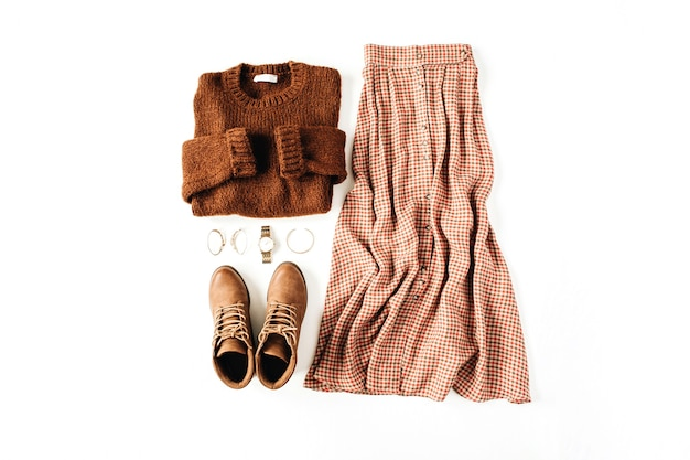 Mode casual look komposition mit braunem pullover, schuhen, rock, accessoires auf weiß
