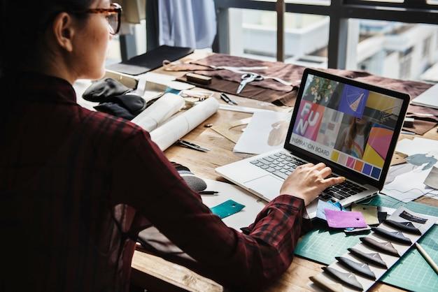 Mode, die mit ihrem laptop arbeitet
