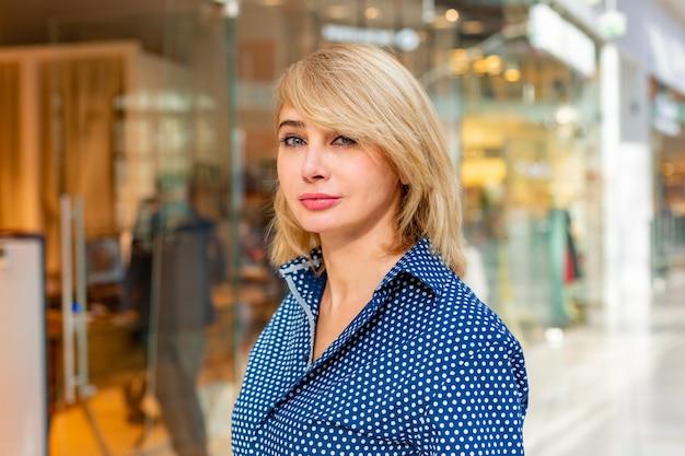Mode einkaufen mädchen portrait. schönheits-frau mit einkaufstaschen im einkaufszentrum. käufer. der umsatz.