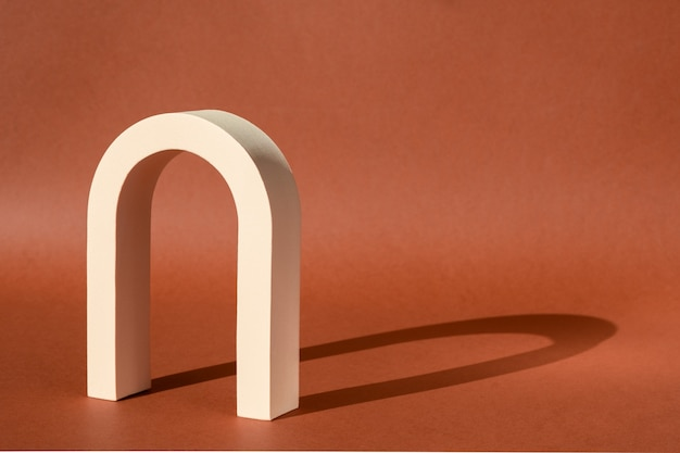 Mode geometrischer bogen für produktpräsentation mit schatten von der sonne.