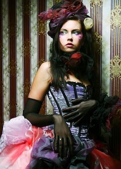 Mode geschossen von der frau in der puppeart. kreatives make-up. fantasiekleid.