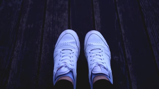 Mode hipster coole frau mit weißen turnschuhen, vintage-tönen, ideal für jeden einsatz.
