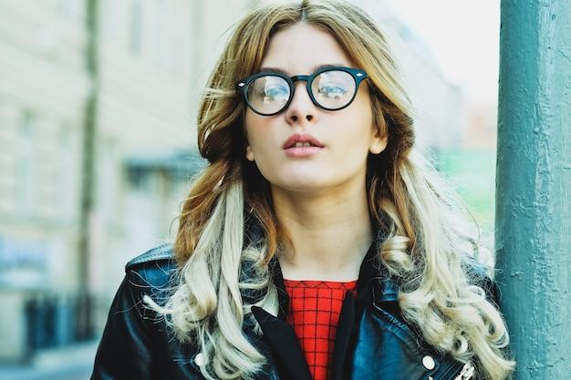 Mode-hipster-porträt der jungen schönen blonden frau, die im sommer im freien posiert
