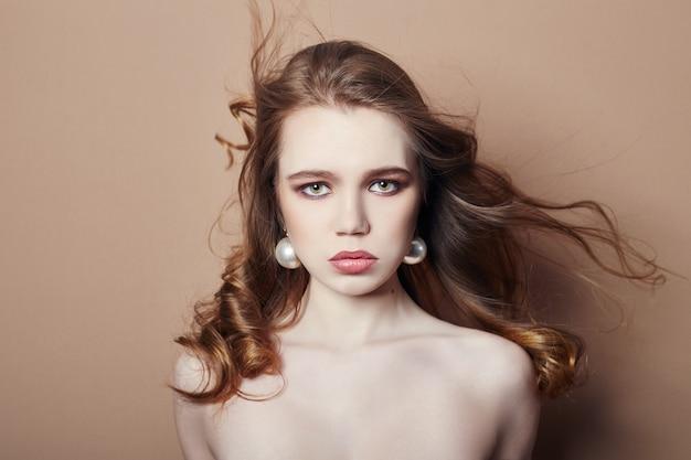 Mode junge blonde mädchen haarschmuck ohrringe