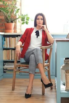 Mode junge brünette frau posiert