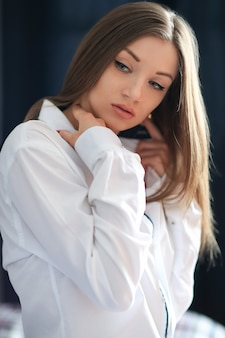 Mode junge frau, die mit männlichem hemd aufwirft
