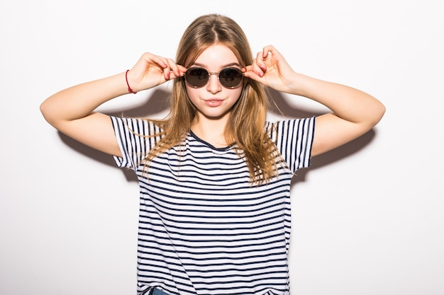 Mode junge frau hipster in sonnenbrille lokalisiert auf weißer wand