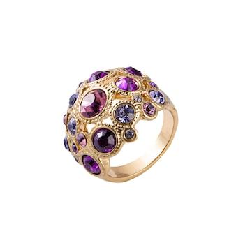 Mode lila und goldener ring hautnah auf weißem hintergrund
